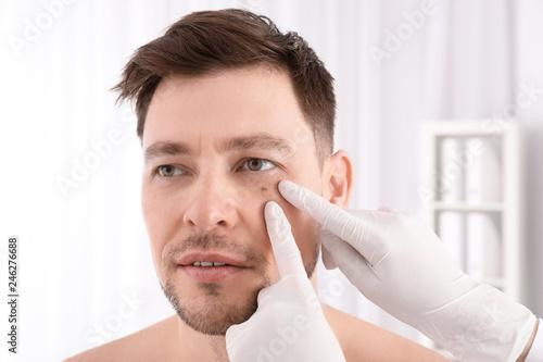 Valokuvatapetti Doctor examining patient in clinic. Visiting dermatologist