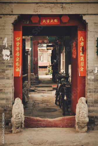 Photo sur Aluminium Pekin Open gates to Hutong. A sign on both sides of the entrance reads