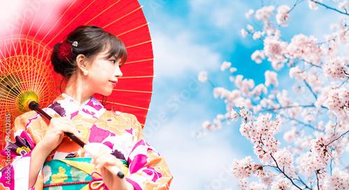 Valokuvatapetti 桜と着物の女性