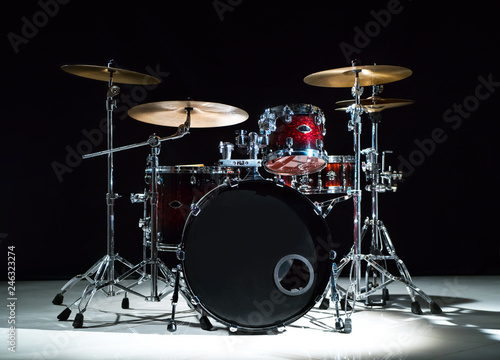 Photo Professional drum set on stage on the black background