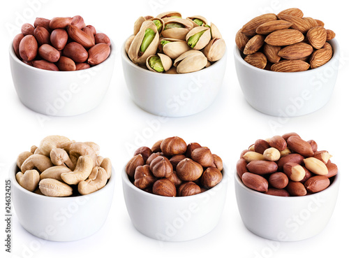 Fotografía  Bowl with pistachios, hazelnut, peanuts, almonds, cashews isolated on white background