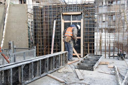 Fototapeta Budowa robotnik szalunki betonowanie zbrojenie zbrojarz obraz