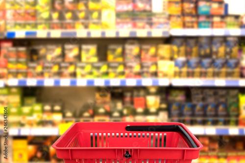 Plakat Abstrakcjonistyczna zamazana fotografia sklep z koszem w wydziałowego sklepu bokeh tle. pomysł na biznes.