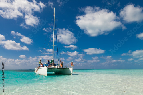 Fotografiet Group of unidentified tourists travel on a catamaran near the island of Kayo Largo
