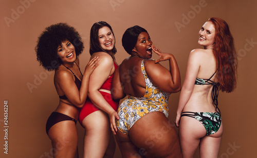 Group of different size women in bikinis Tablou Canvas