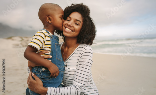 Photographie Son kissing his mother at the beach