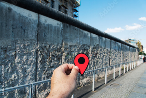 Fotografia  man with a red marker at the Berlin Wall, Germany