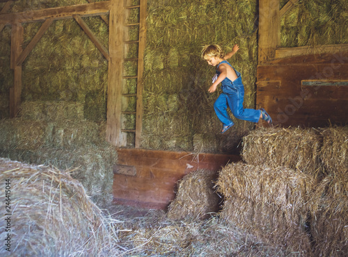 Cadres-photo bureau Gris traffic Little boy jumping in hay