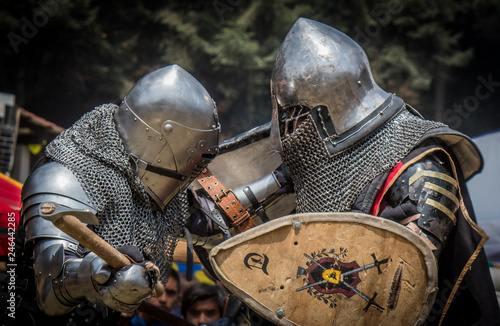Photo  Medieval knights fighting with armor, swords and shields in festival