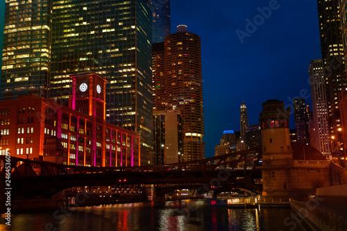 Fotobehang Amerikaanse Plekken Night view of Chicago river and Marina City towers