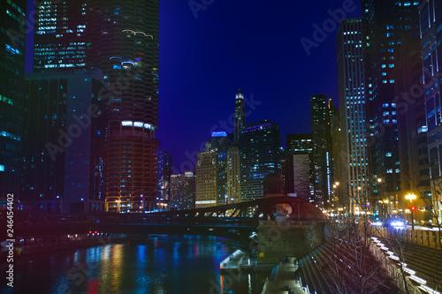 Fotobehang Amerikaanse Plekken Night view of Chicago embankment and Marina City