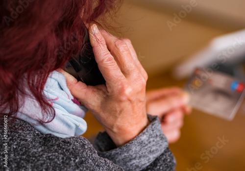 Fotografia, Obraz  Am Telefon von Senioren die Daten klauen