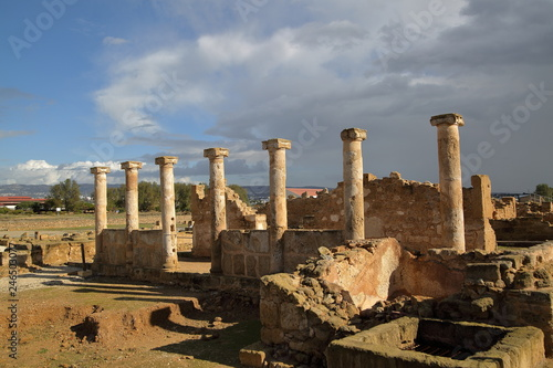 Fotografia  ancient temple with columns, pillars, archaeological site in Pafos, Cyprus