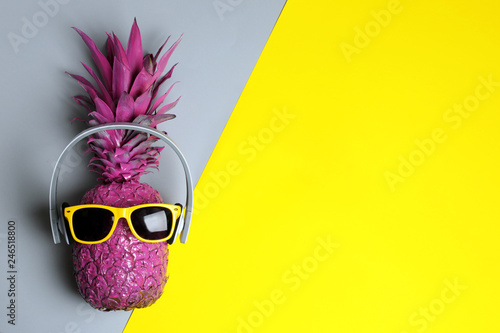Poster Magasin de musique Pineapple with headphones and sunglasses on color background, top view with space for text