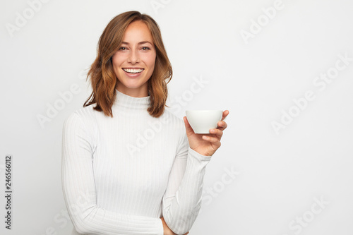 Photo  portrait of happy young woman with cup of coffee