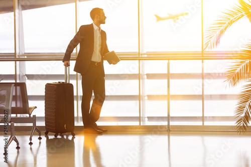 Fotografie, Obraz  Geschäftsmann auf Reisen am Flughafen im Sommer