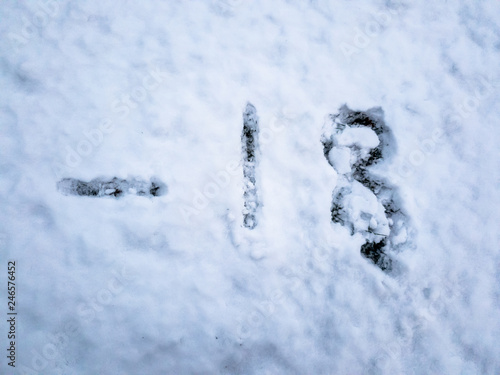 Fotografía  Temperature of -18 written in the freshly fallen snow