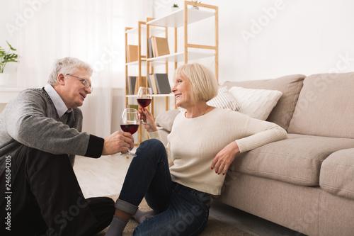 Fotografía  Happy senior couple drinking wine, celebrating anniversary