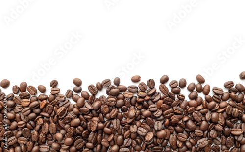 Photo sur Toile Salle de cafe Roasted coffee beans on white background. Close-up.
