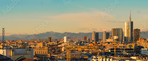 Autocollant pour porte Milan Aerial view of Milan skyline at sunset with alps mountains in the background.