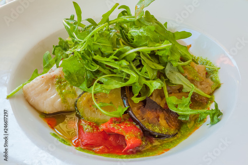 Fotobehang Assortiment salade mix, assortiment de poissons, crustacés et légumes grillés