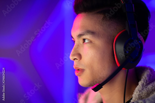 canvas print motiv - ryanking999 : Young Asian cyber sport gamer