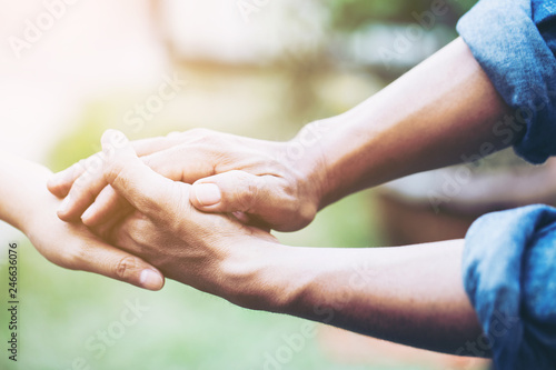 Fotografia  Two young lovers holding hands with blur backgroung