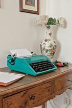 Macchina Da Scrivere Olivetti Studio 45 Appoggiato Su Tavolo D'epoca