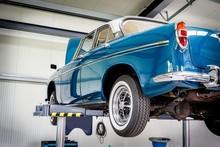 KFZ-Werkstatt, Blauer Oldtimer Auf Einer Hebebühne