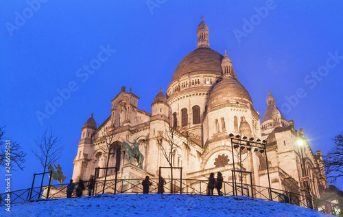 Obraz na plátně The basilica Sacre Coeur in winter Paris, France.