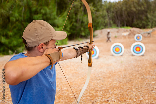 Photo man practicing archery