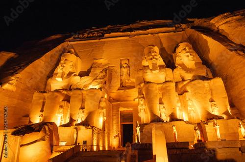 Fotobehang Historisch mon. 夜のアブ・シンベル神殿