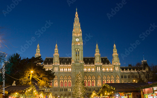 In de dag Centraal Europa Vienna, Austria, town hall building in the evening. The building is built in the neo-Gothic style with a symmetrical main facade. The main facade of the town hall has 5 towers.