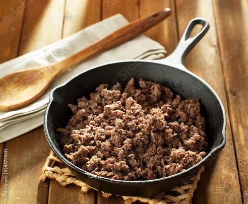 Fototapeta browned ground beef in cast iron skillet obraz