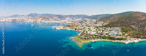 Photo Panoramic aerial view of sunny Bodrum with resorts and beachfront villas