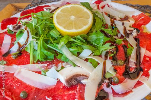 carpaccio de boeuf avec parmesan, champignons de Paris, salade et vinaigrette
