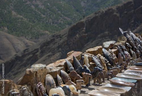 Fotografering  Adornos tallados expuestos en precipicio montañoso en Marrakech, Marruecos