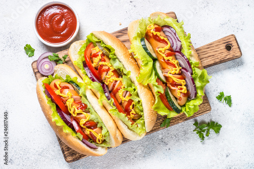 Fotografia Hot dog with fresh vegetables on white top view.