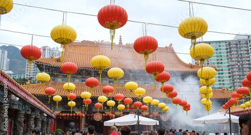 Tuinposter Aziatische Plekken Chinese lanterns in Wong Tai Sin Temple, Hong Kong 香港の寺 黄大仙廟の提灯