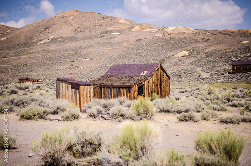 Fotografía  Buildings in the abandoned ghost town of Bodie California