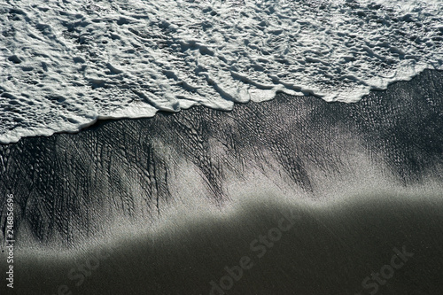 Montage in der Fensternische Dunkelgrau sea wave on a black pebble like a iceland beach
