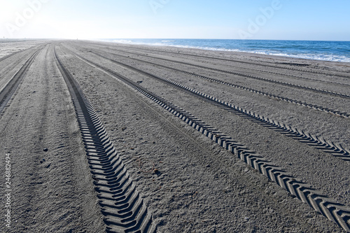 Fényképezés  maschinell gereinigter Strand mit Reifenspuren im Naturpark Cabo de Gata