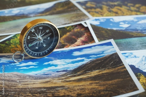 Foto  Compass on blur photograph of popular tourist destination background, traveling