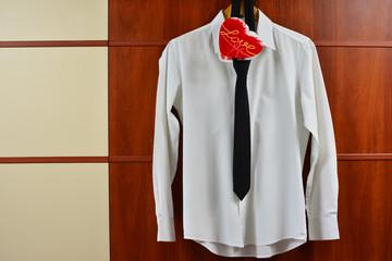 Biała koszula, czarny krawat, czerwone serce