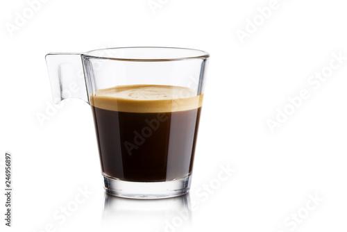 Czarna kawa w szklanej filiżance na białym tle