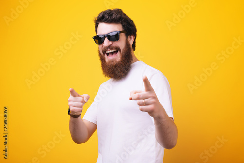Fotografía  Hey you!You cool man! Bearded man, in sunglasses pointing finger and looking at