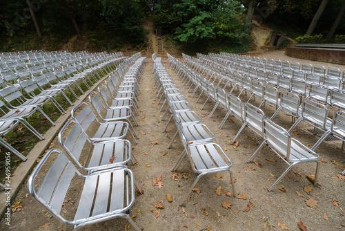 Fotobehang Theater Chaises pour spectacle extérieur