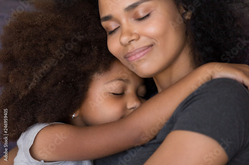 Foto  Loving single black mother hugs cute daughter feel tenderness connection, happy