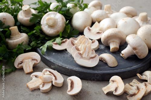 Obraz na plátně funghi freschi su taglieri grigio