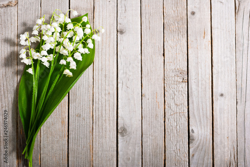 In de dag Lelietje van dalen bouquet of lily of the valley on old weathered wooden table background